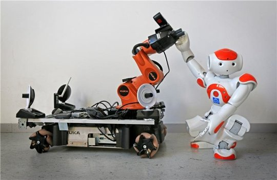 Robots help each other by using body language