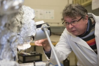 Gold coating could control luminescence of nanowires