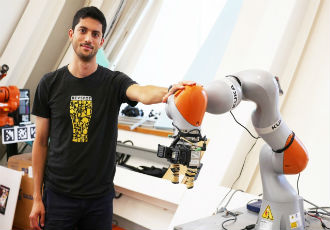Robots can pick up any object after inspecting it