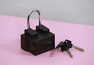 Connected padlock protects goods in transit